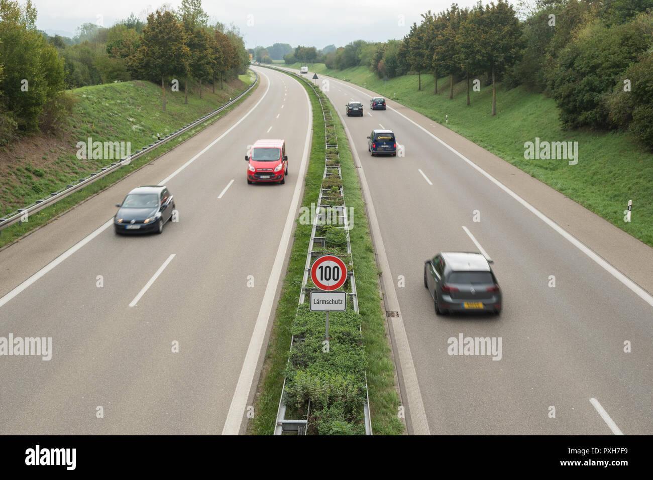 Reducción de ruido de tráfico en carretera - reducción del límite de velocidad en la Autobahn alemana para reducir la contaminación acústica - Freiburg, Alemania, Europa Imagen De Stock