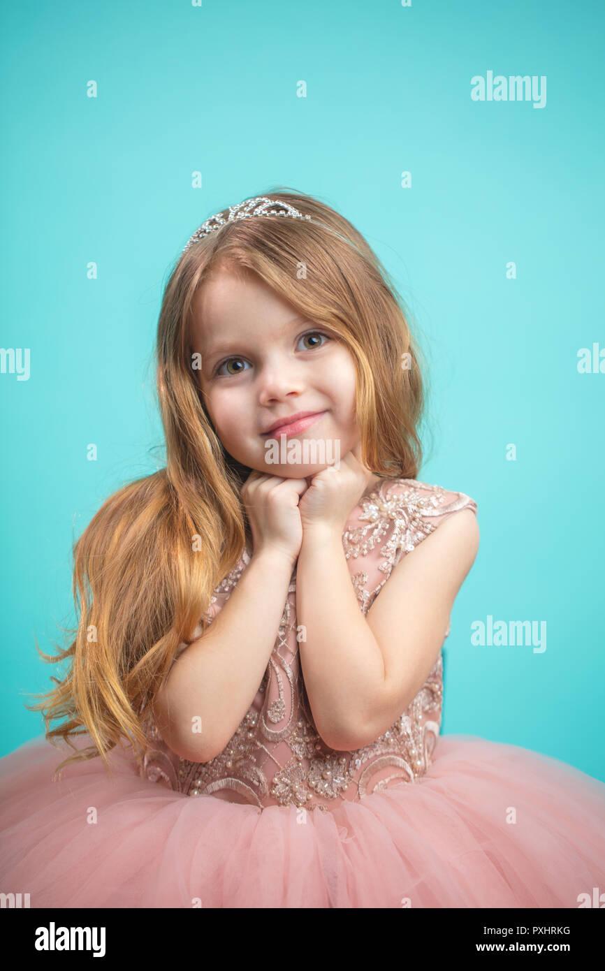 Retrato de lindo feliz encantadora niña Princesa vestido Imagen De Stock 251f38a71ad