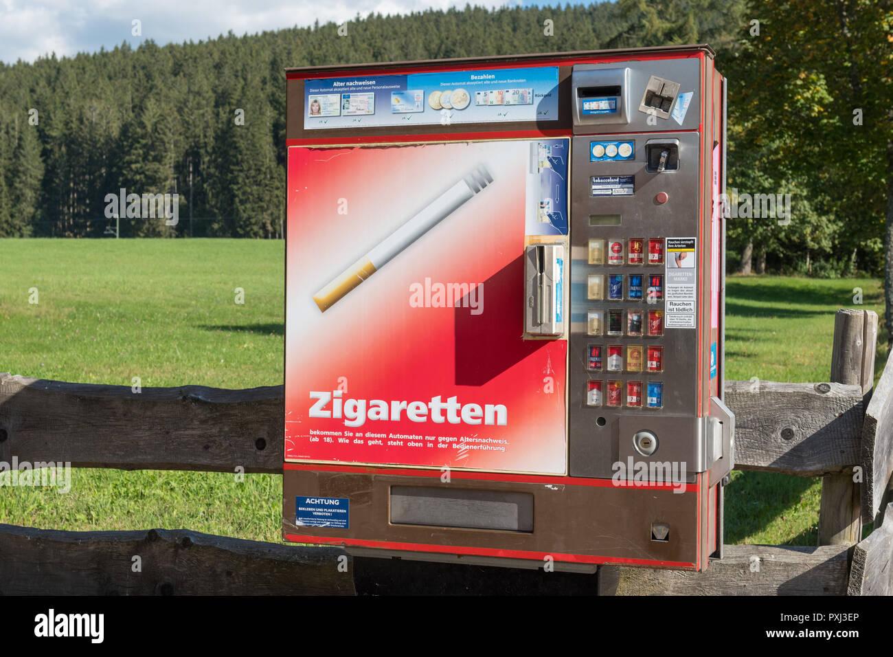 Máquina expendedora de cigarrillos en la villa turística de Titisee-Neustadt, Alemania Imagen De Stock