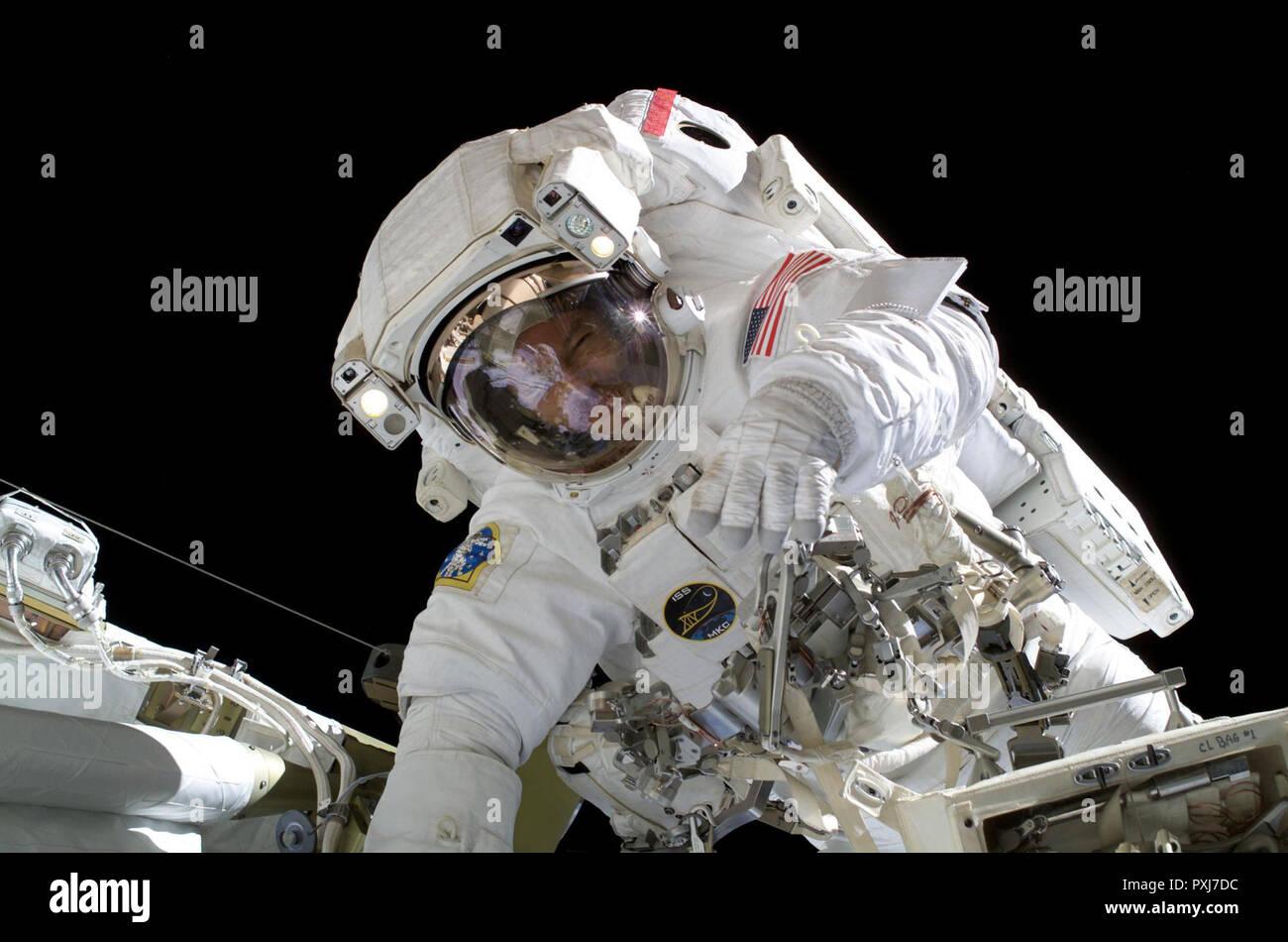 El astronauta Michael E. Lopez-Alegria, comandante de la expedición 14 y el oficial científico de la estación espacial de la NASA, participa en 6 horas, 40 minutos de paseo espacial como continúa la construcción de la Estación Espacial Internacional. Foto de stock