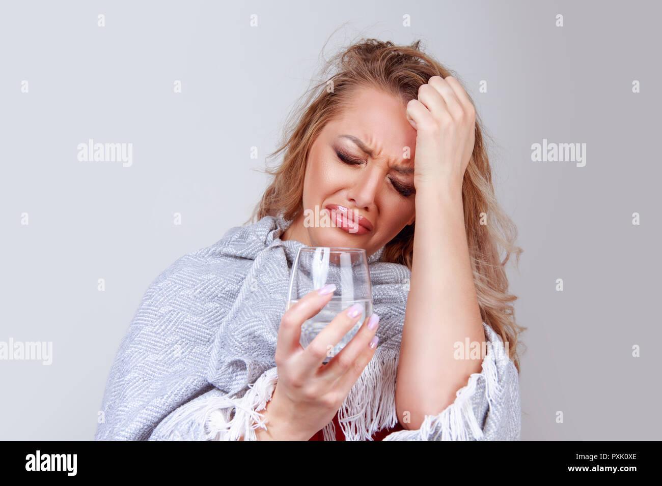 Mujer con vidrio sintiendo dolor de cabeza Imagen De Stock