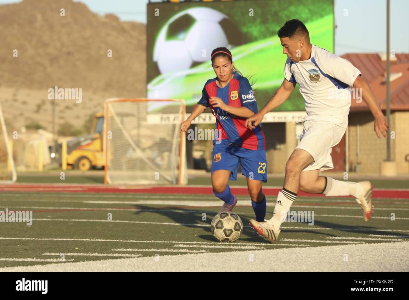 01023c792 Miguel Torres, centrocampista, sede del equipo de batallón, lucha por la  posesión de