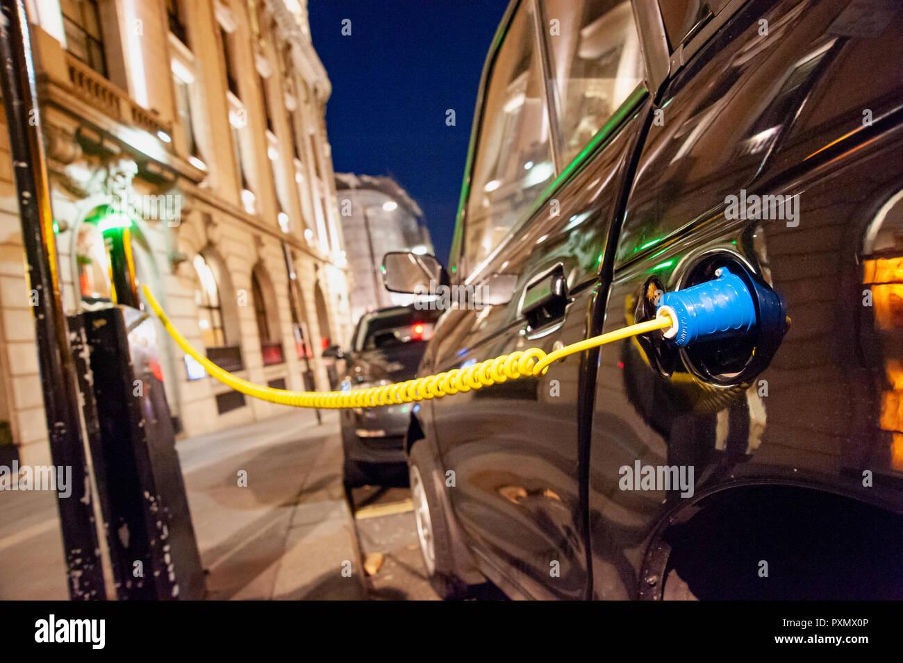 Coche eléctrico que cobra en una ciudad calle de carga de instalaciones, Reino Unido, Londres Foto de stock