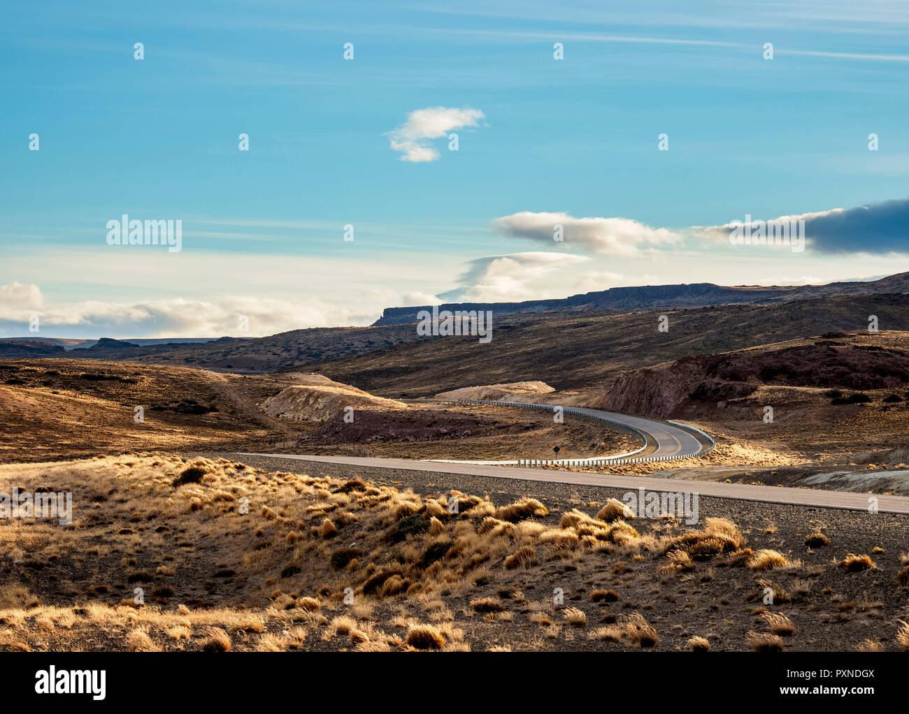 Ruta 40 cerca de la ciudad de Perito Moreno, provincia de Santa Cruz, Patagonia, Argentina Imagen De Stock