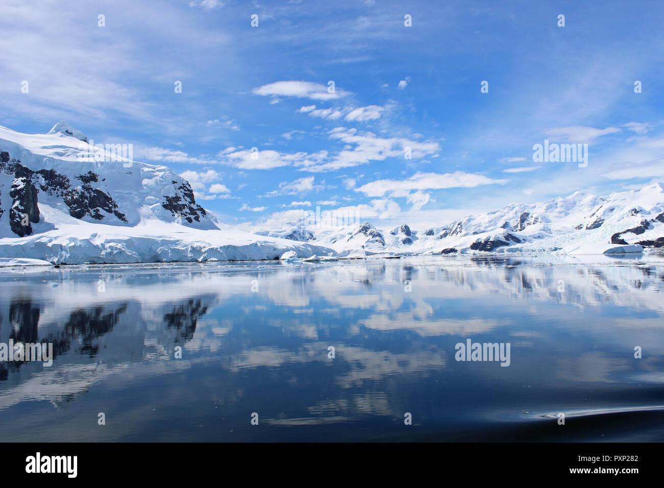 Bahía del Paraíso, la Península Antártica es una cuchara lista, una vez en la vida viaje, accesible por el crucero de expedición Imagen De Stock