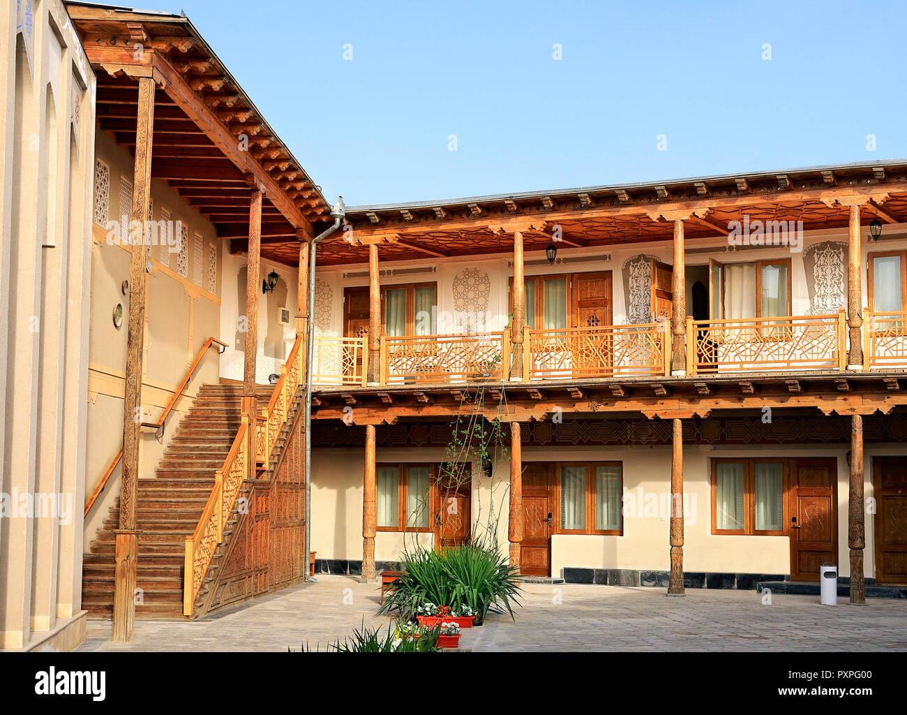 Patio Del Complejo Residencial De Asia Central Con Terraza Y