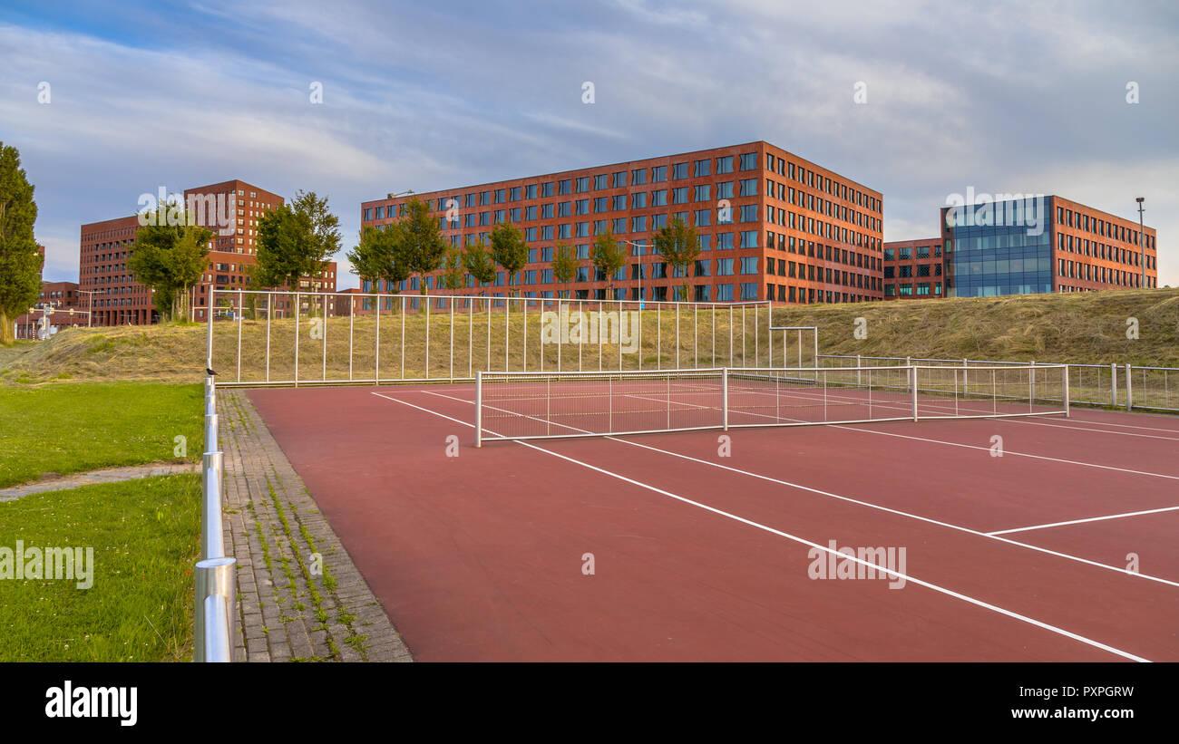 Instalaciones deportivas públicas en las oficinas del distrito financiero en una zona suburbana en La Haya, Países Bajos Imagen De Stock