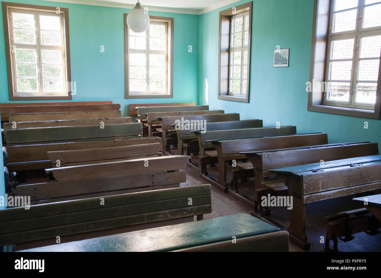 Aula con antiguos pupitres y asientos de madera vacías Foto de stock