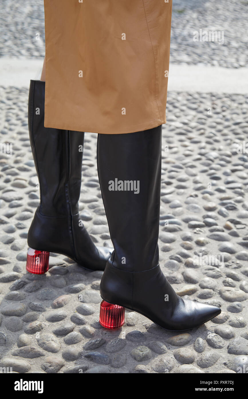 bfd87738 Milán, Italia - 22 de septiembre de 2018: Mujer con botas de cuero ...