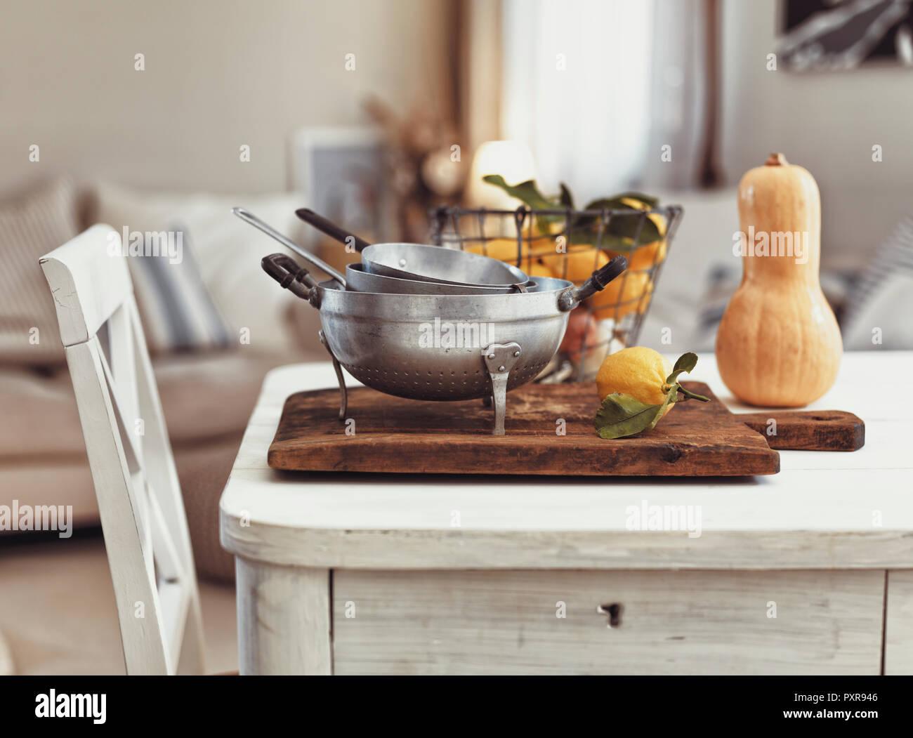 Utensilios de cocina nostálgico y frutas en mesa de madera antigua Imagen De Stock
