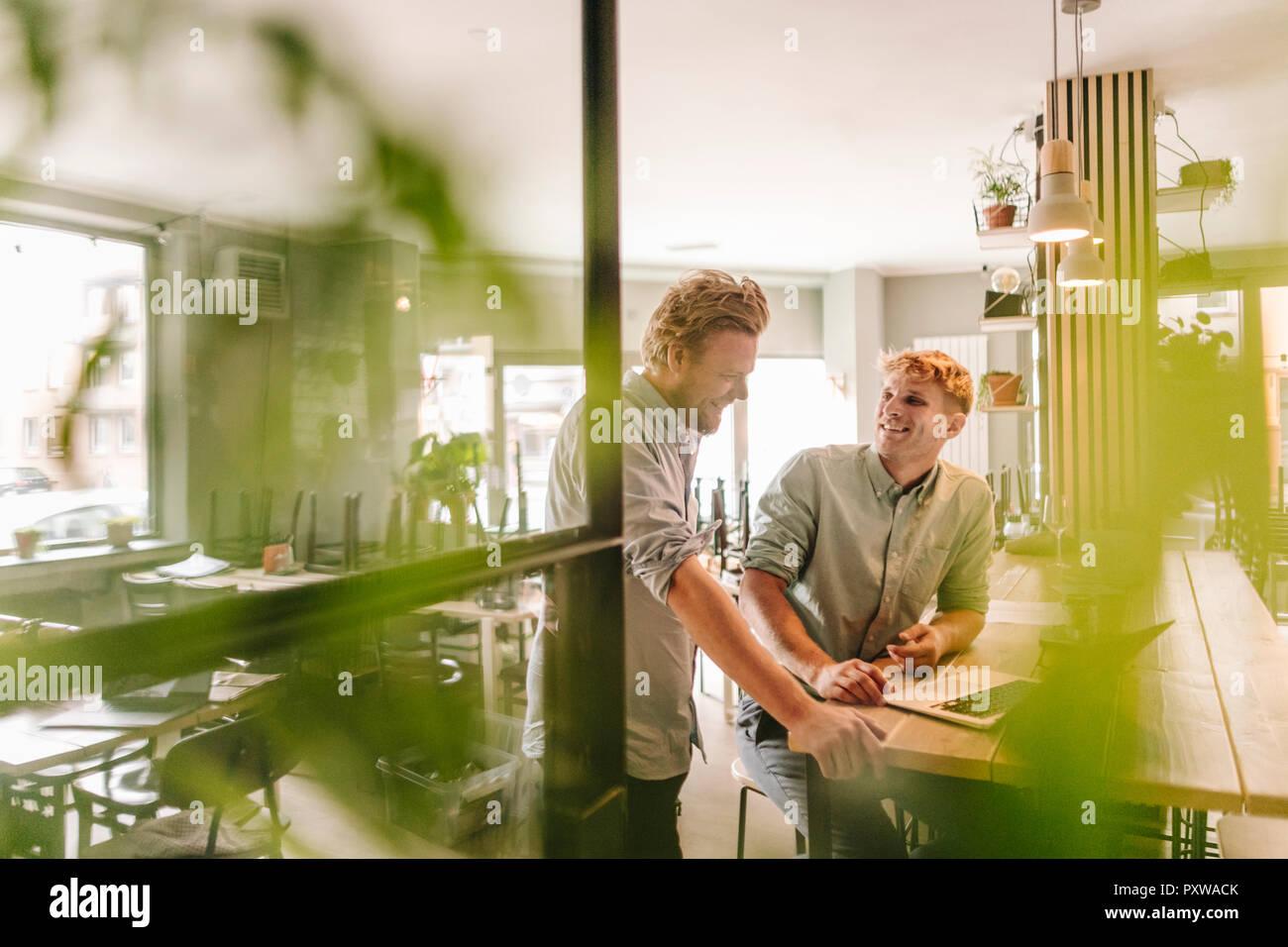 Socios de negocio tener una reunión en su nueva puesta en marcha de la empresa Imagen De Stock