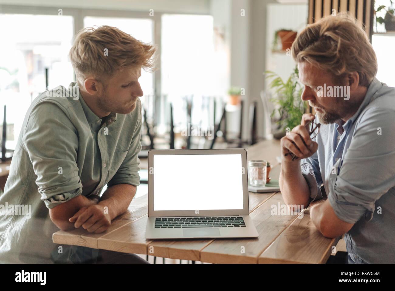 Socios de negocio tener una reunión en su nueva puesta en marcha de la empresa Foto de stock