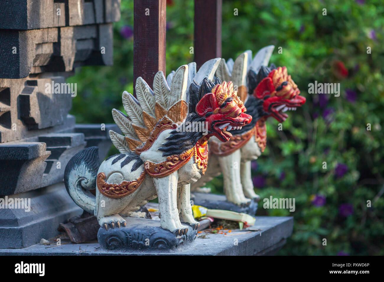 Indonesia, Bali, figuras de animales feroces en un templo Imagen De Stock
