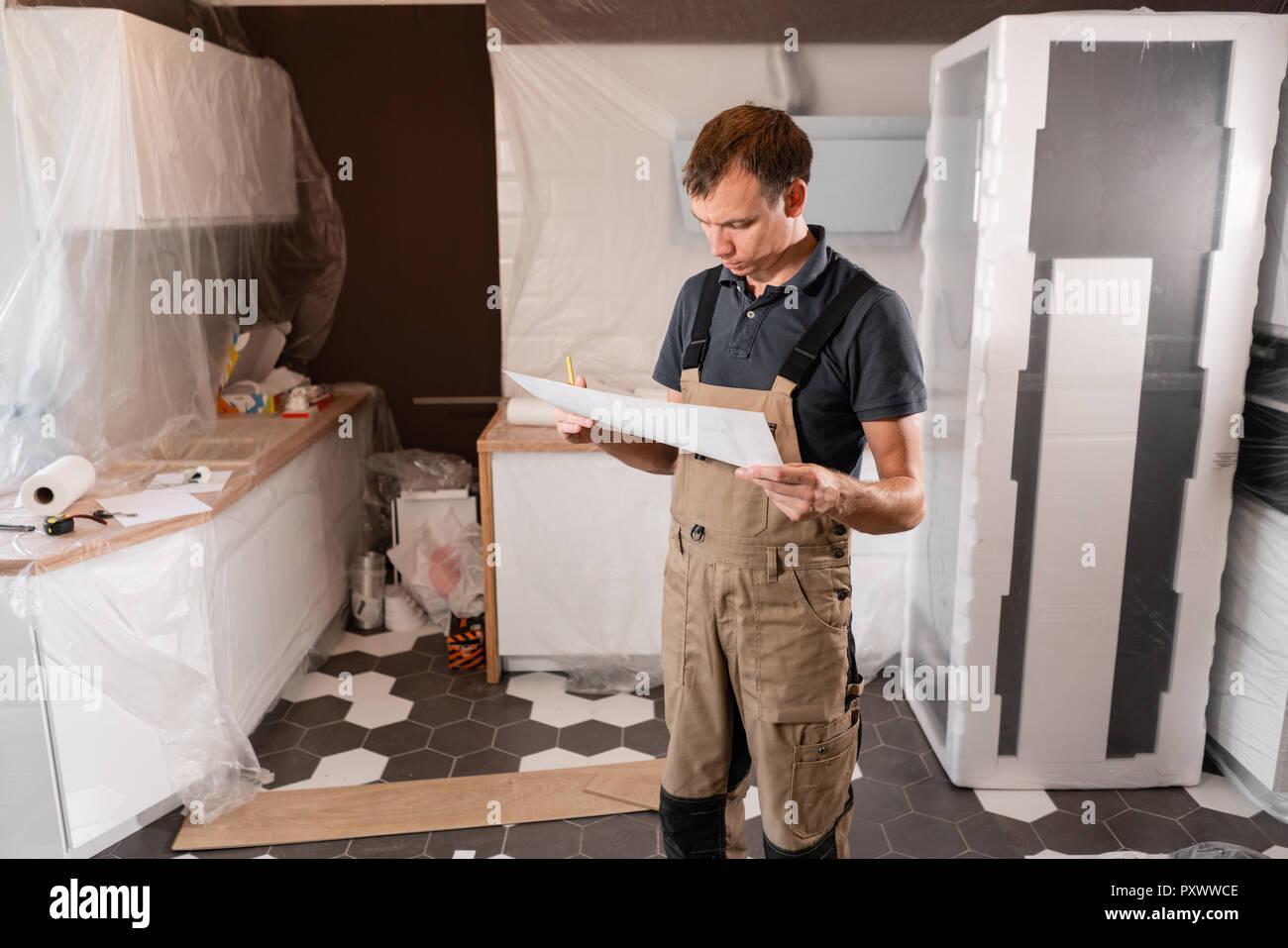 Centrado diligente trabajador sala de inspección y ...