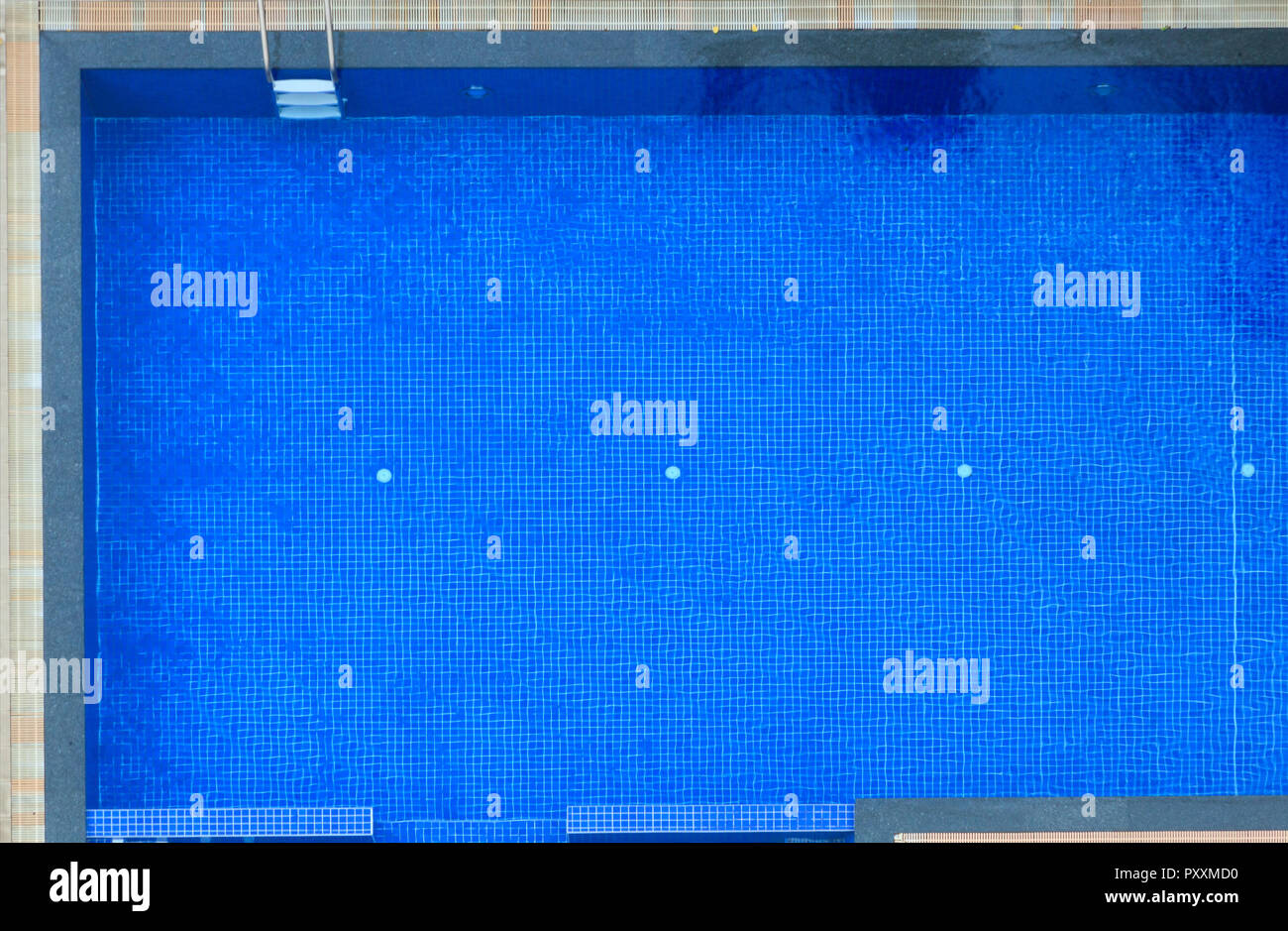 Vista superior del hotel piscina de azulejos azules de fondo. Deporte al aire libre, la recreación, el ejercicio, la actividad de la familia, el ocio, la relajación, la planta arquitecto Imagen De Stock