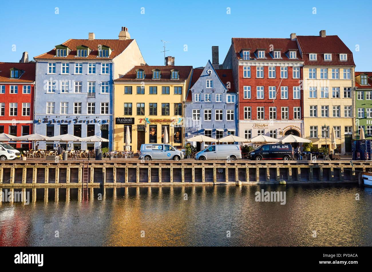 Copenhague, Dinamarca - 22 de octubre de 2018: vista frontal de Nyhavn, la 17th-century famoso Waterfront, el canal y el distrito de entretenimiento en el centro de la ciudad. Foto de stock