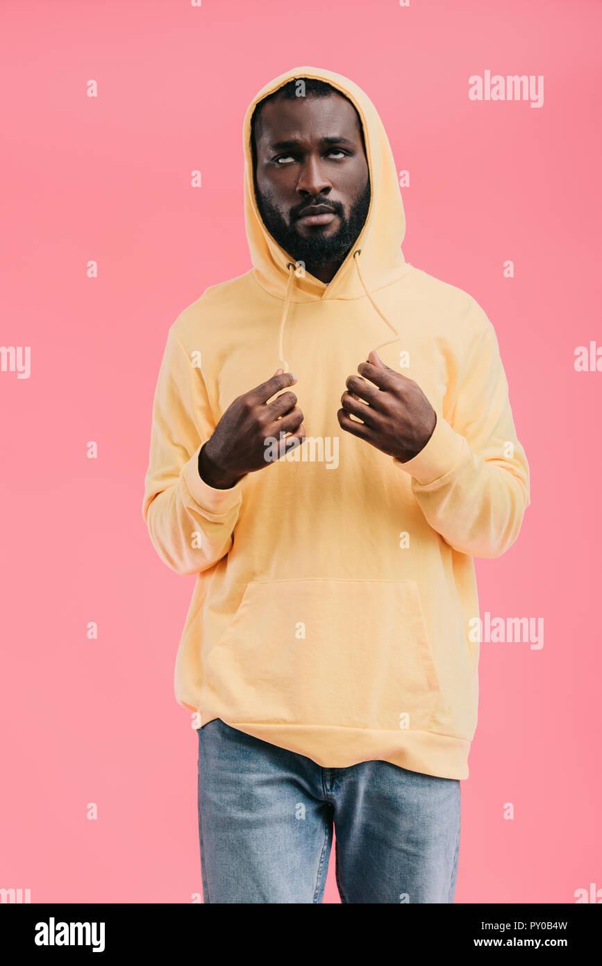 Joven hombre afroamericano rolling ojos aislado sobre fondo de color rosa Imagen De Stock