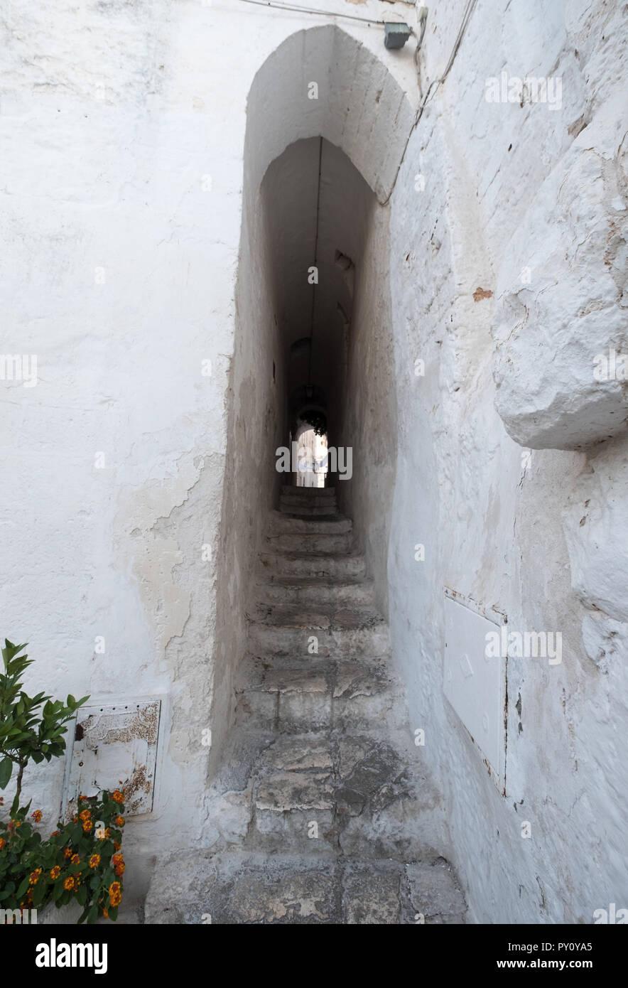 Ostuni Italia. Casas blancas en una calle escalonada en Ostuni en Apulia, en el sur de Italia. Foto de stock