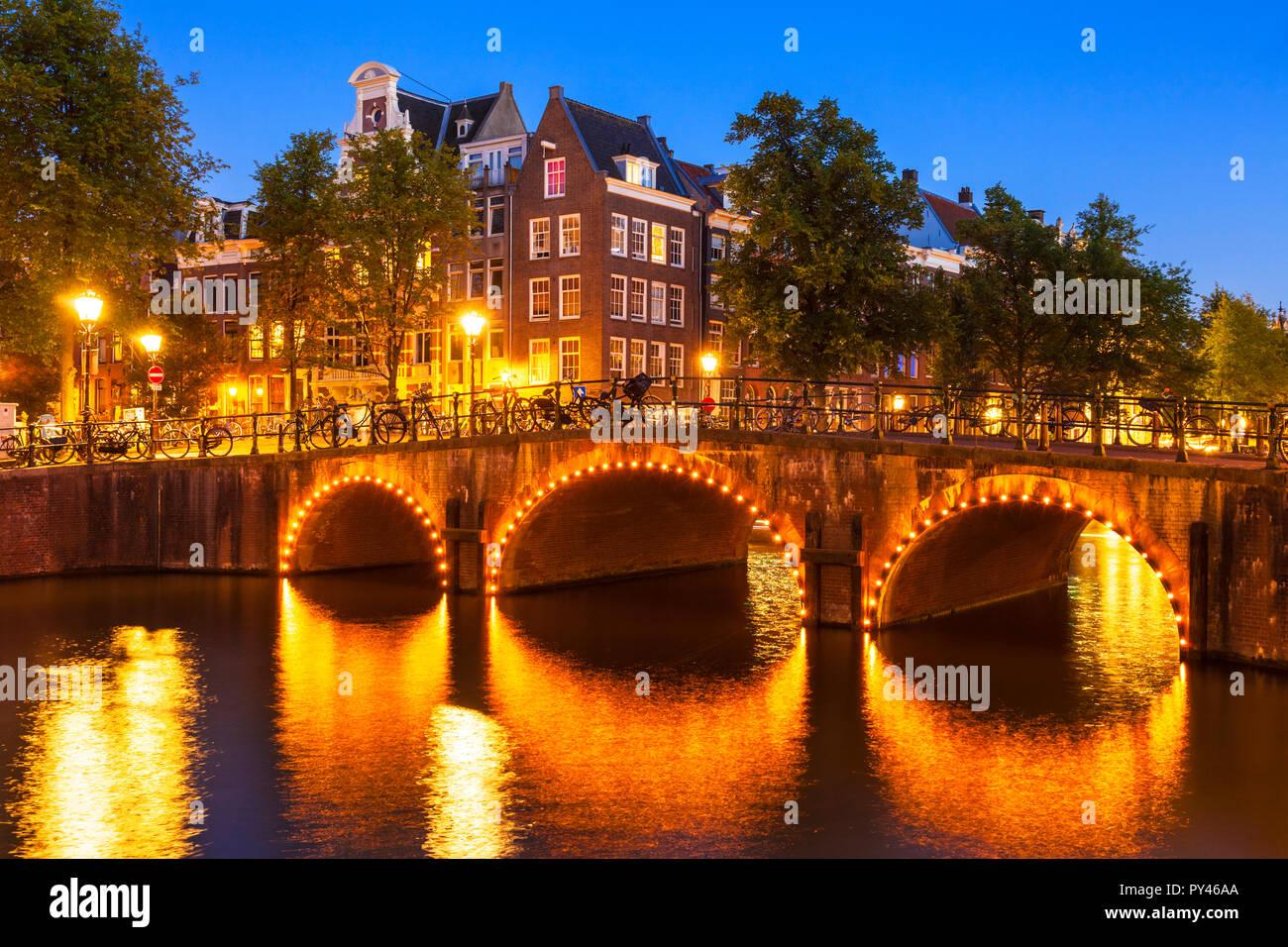 Amsterdam canal Keizergracht iluminado Puente sobre el canal y puente Leliegracht Amsterdam Holanda Holanda UE Europa Imagen De Stock
