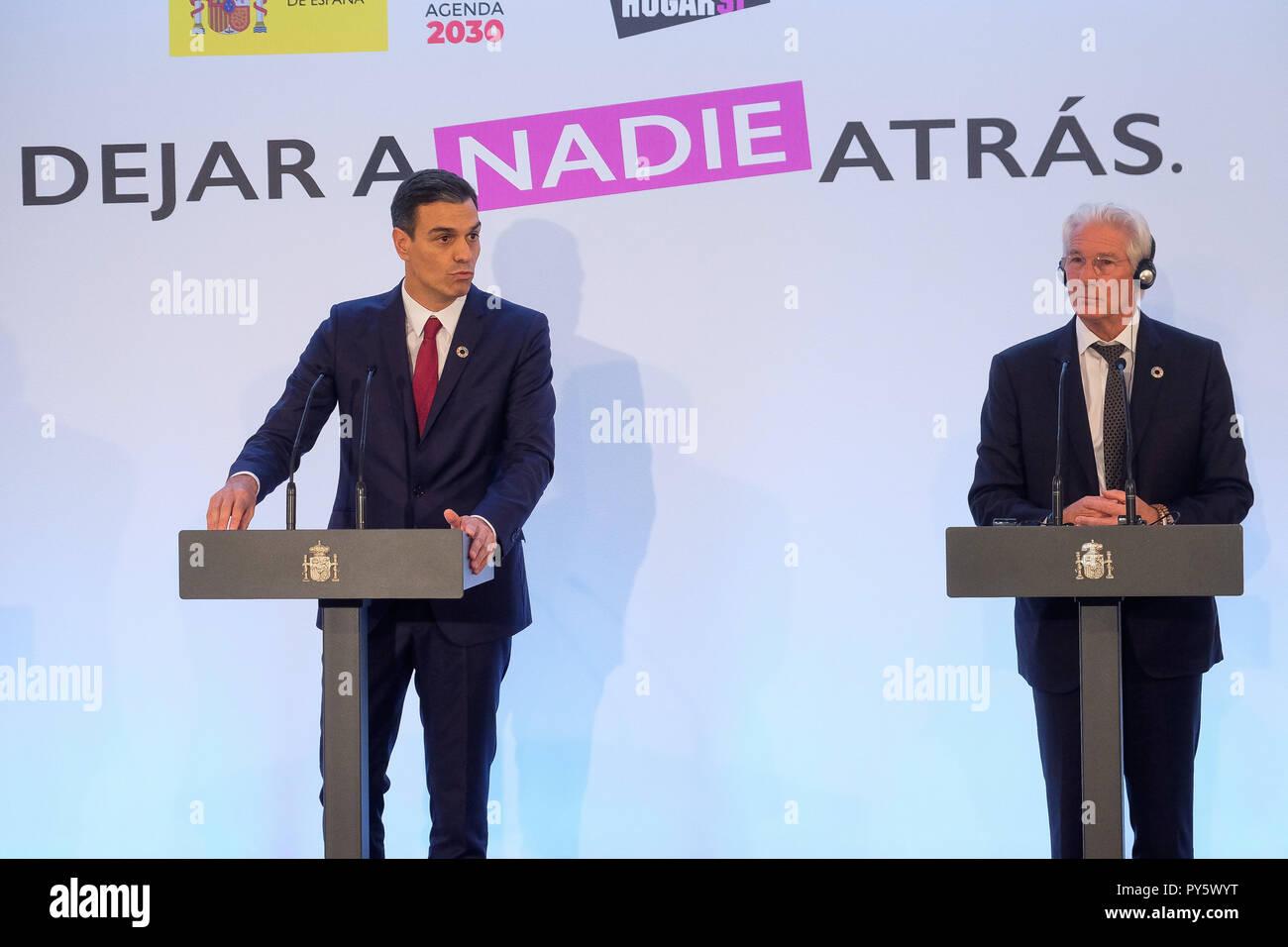 """España el Primer Ministro Pedro Sánchez con el actor Richard Gere y Alejandra Silva durante el acto """" Sin dejar a nadie atras ' en Madrid el jueves 25 de octubre de 2018 Imagen De Stock"""