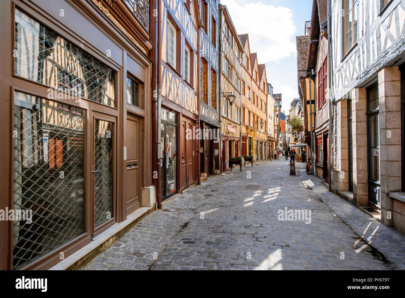 Vista de la calle con hermosas coloridas casas con entramados de madera en la ciudad de Rouen, la capital de la región de Normandía en Francia Imagen De Stock