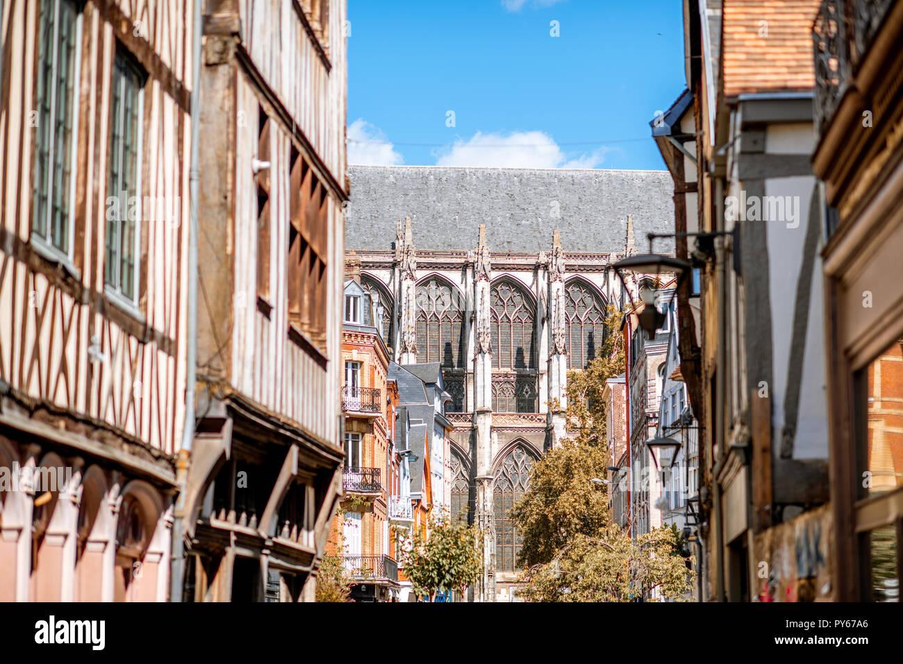 Hermosa coloridas casas con entramados de madera y la Catedral de Rouen, la ciudad capital de la región de Normandía en Francia Imagen De Stock