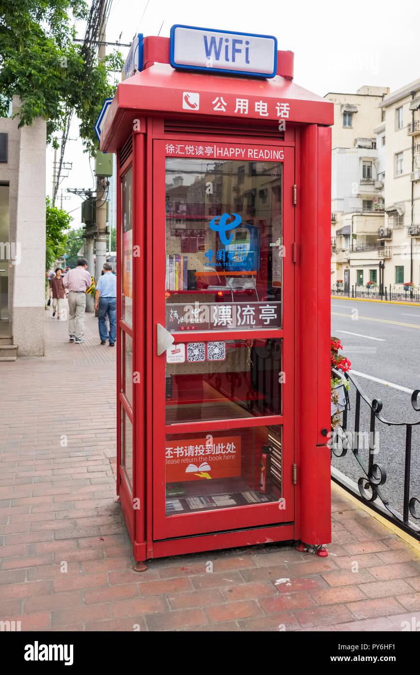 Una de las cabinas telefónicas en Shanghai, China, Asia ahora usado como una estación de préstamo de libros y un hotspot wifi Imagen De Stock