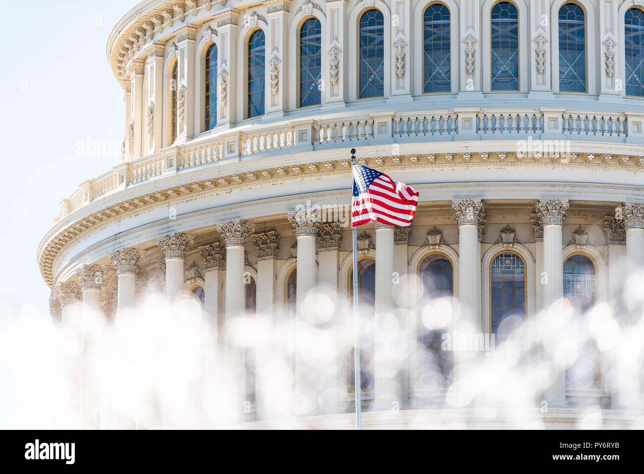 El Congreso de EEUU dome closeup con fondo de fuente de agua, salpicaduras, ondear la bandera americana en Washington DC, EE.UU closeup en Capitol Hill, Capital valores Foto de stock