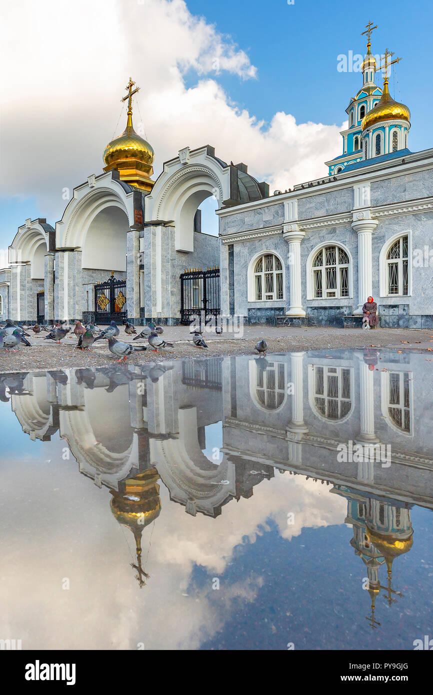 La Iglesia ortodoxa rusa y su reflejo en el agua, en Tashkent, Uzbekistán Foto de stock