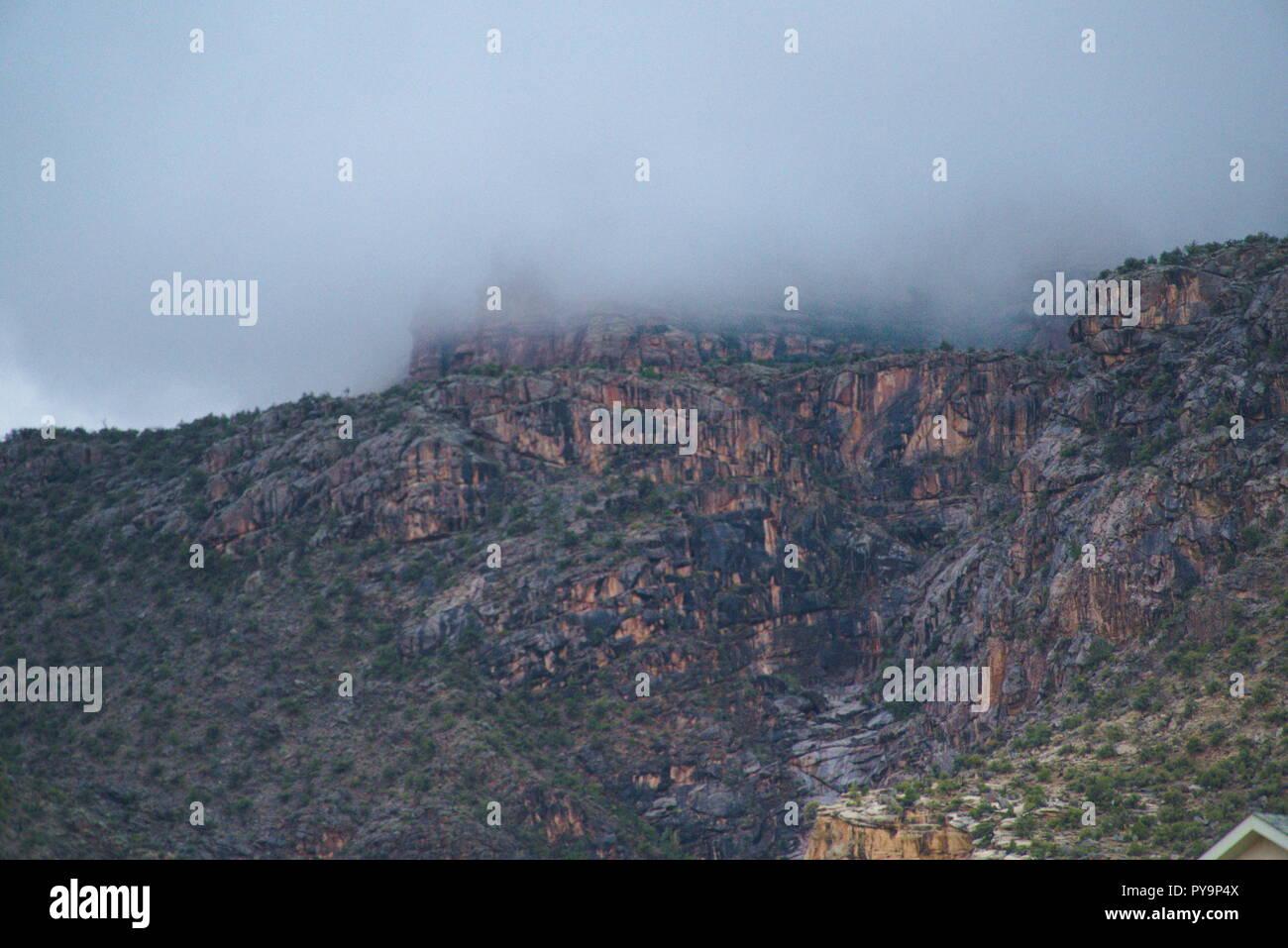 El Monumento Nacional de Colorado recubierta por una capa de densa niebla. Por encima de las nubes son grises y sombríos. En general existe una gran alicaído vibe. Imagen De Stock