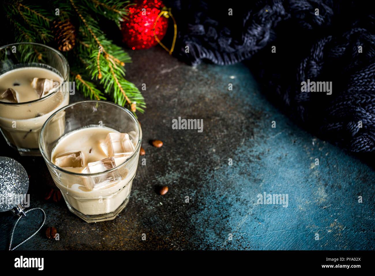 Crema irlandesa tradicional licor, cóctel o bebida de navidad de invierno, oscuro fondo oxidado con ramas de abeto, los granos de café y Navidad decorati Foto de stock