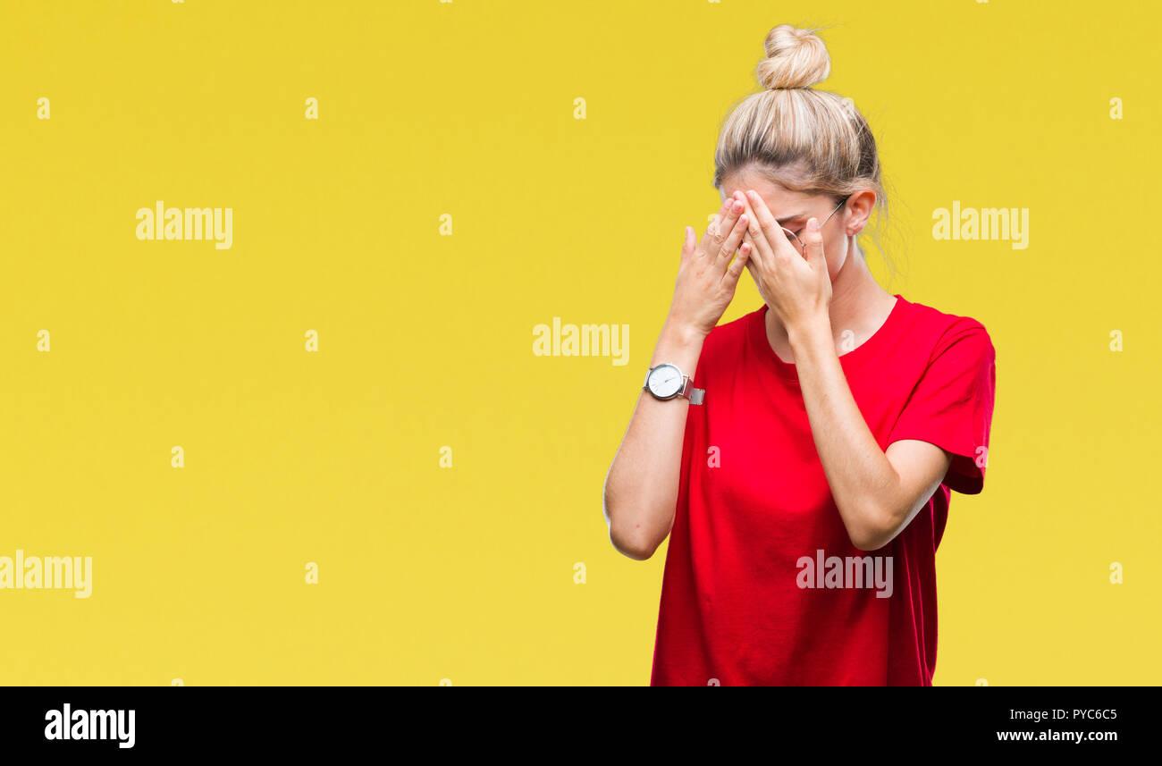 Joven Rubia Hermosa Mujer Vistiendo Camiseta Roja Y Gafas Más