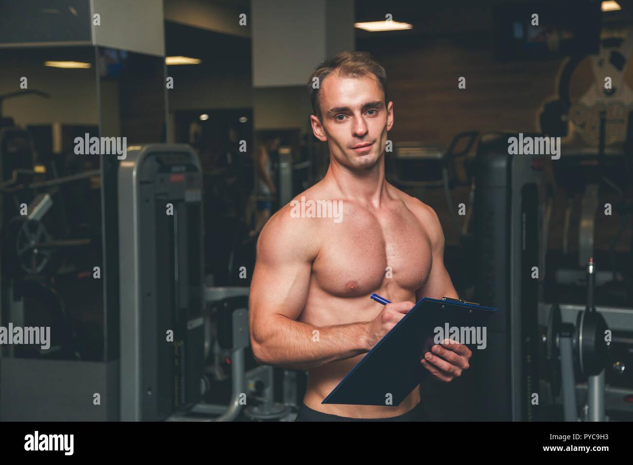 Entrenador de fitness en el gimnasio vertical Imagen De Stock