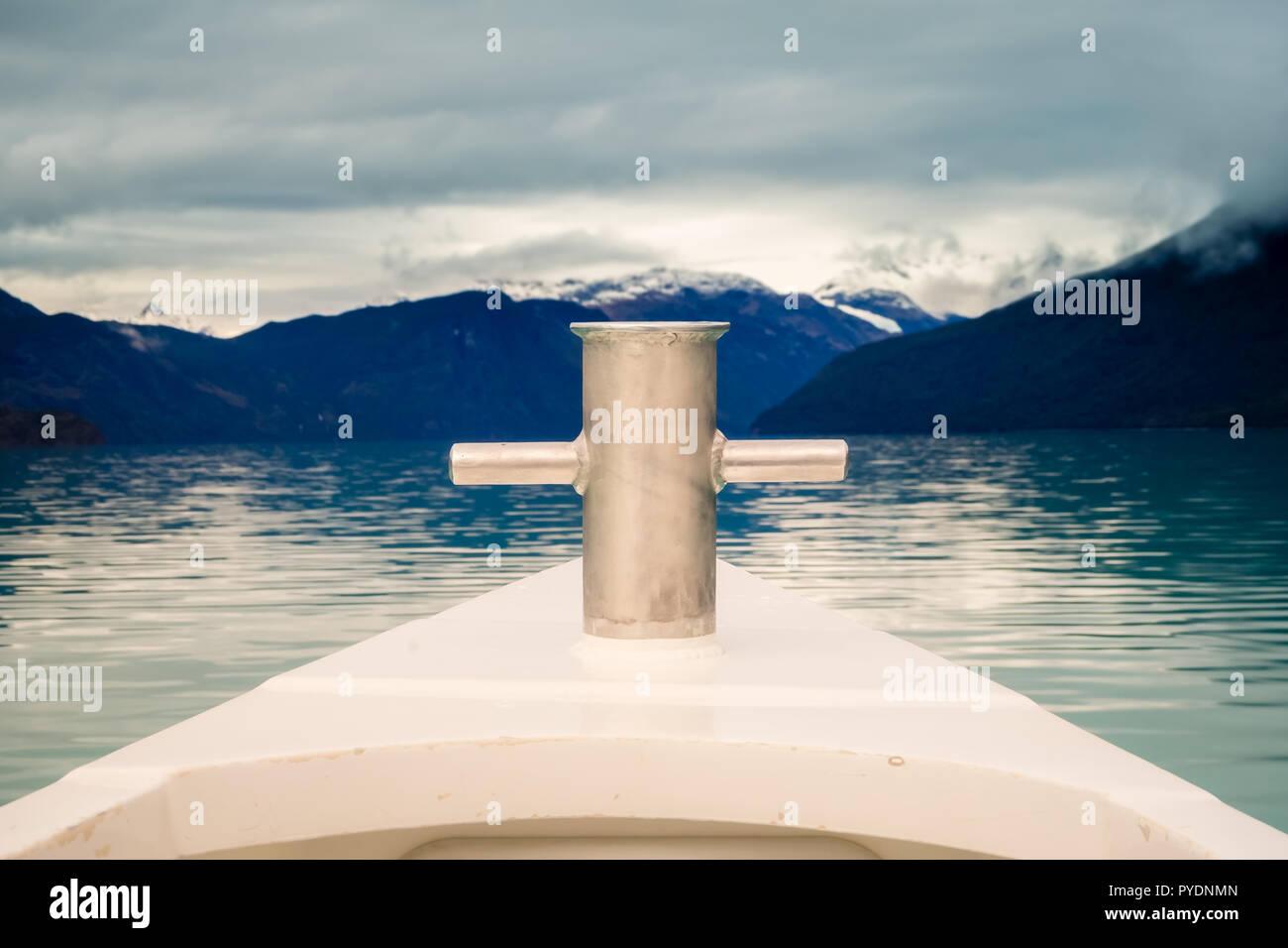 Navegando por el lago Argentino, el detalle de la proa. El Parque Nacional Los Glaciares Foto de stock