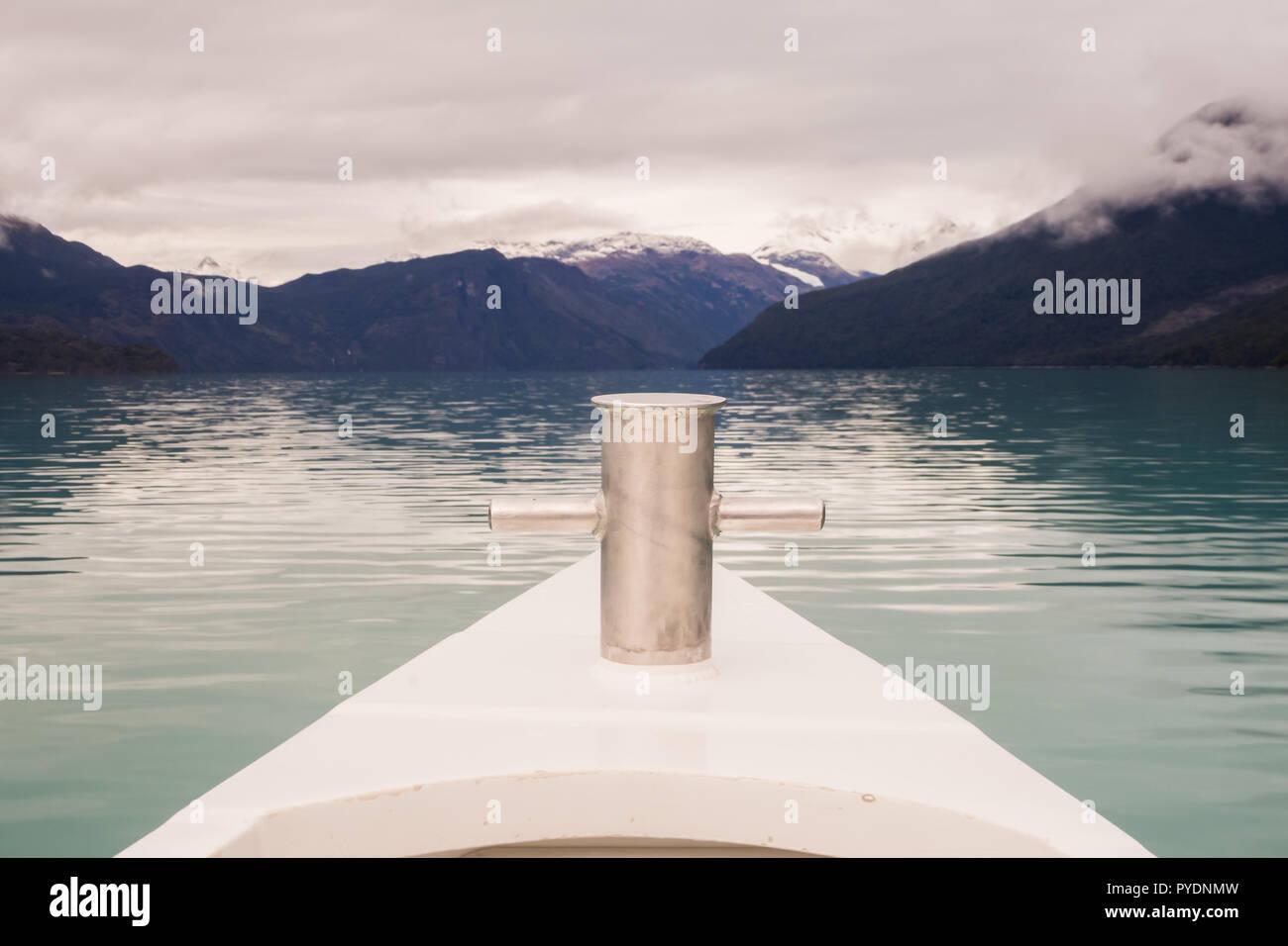 Navegando por el lago Argentino, el detalle de la proa Foto de stock