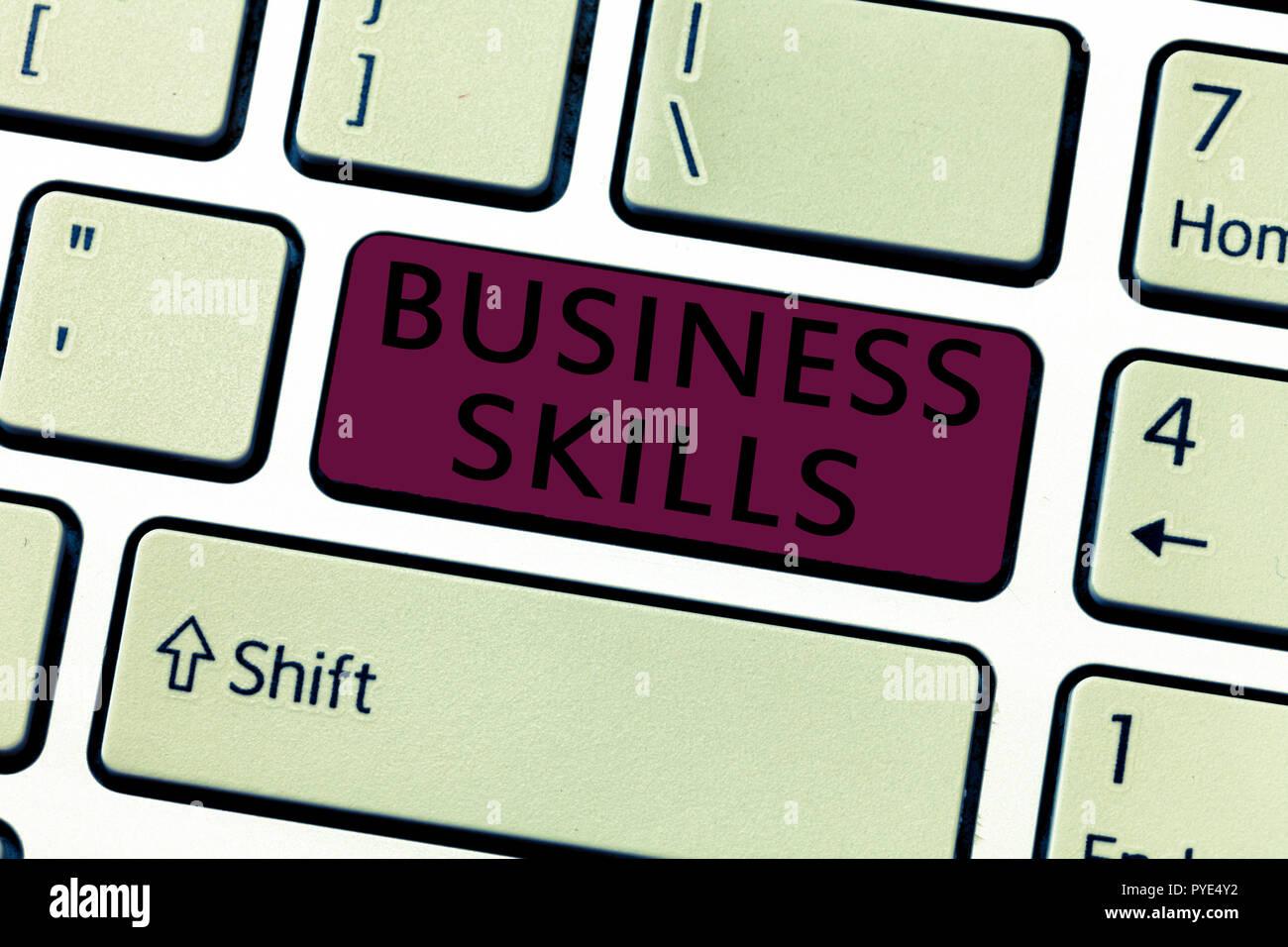 Escritura de texto Word conocimientos empresariales. Concepto de negocio para una capacidad para adquirir esfuerzo sistemático de funciones de trabajo. Imagen De Stock