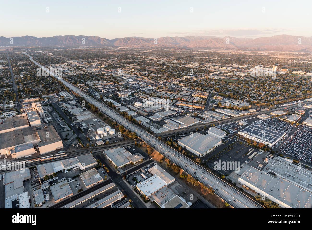Los Angeles, California, EE.UU. - 21 de octubre de 2018: Vista aérea de la autopista 405, cerca de Roscoe Blvd en el Valle de San Fernando, área de Los Angeles, Cali Foto de stock
