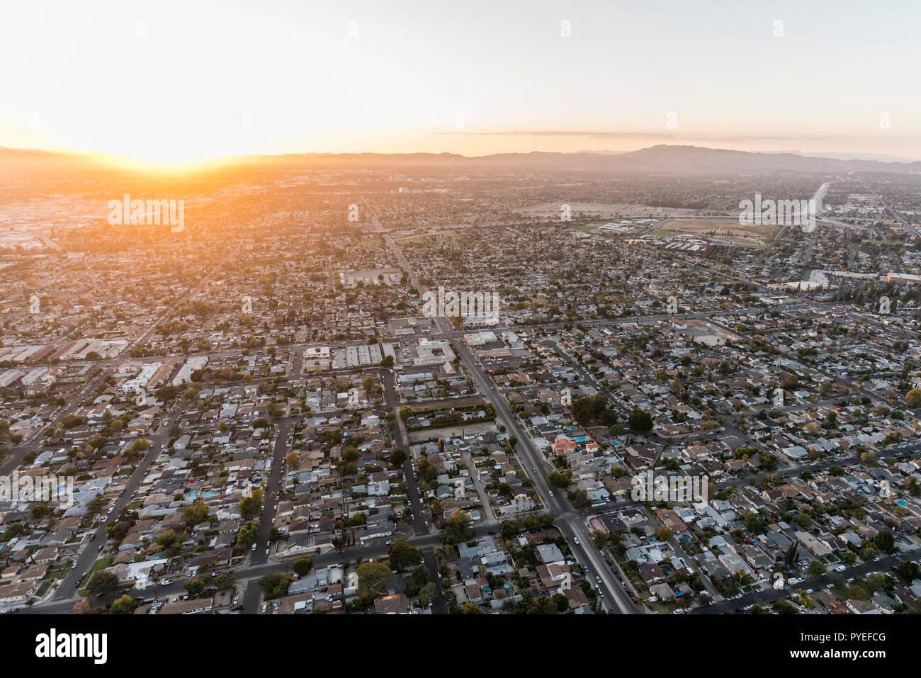 Puesta de sol vista aérea del Valle de San Fernando, casas y calles en Los Angeles, California. Foto de stock