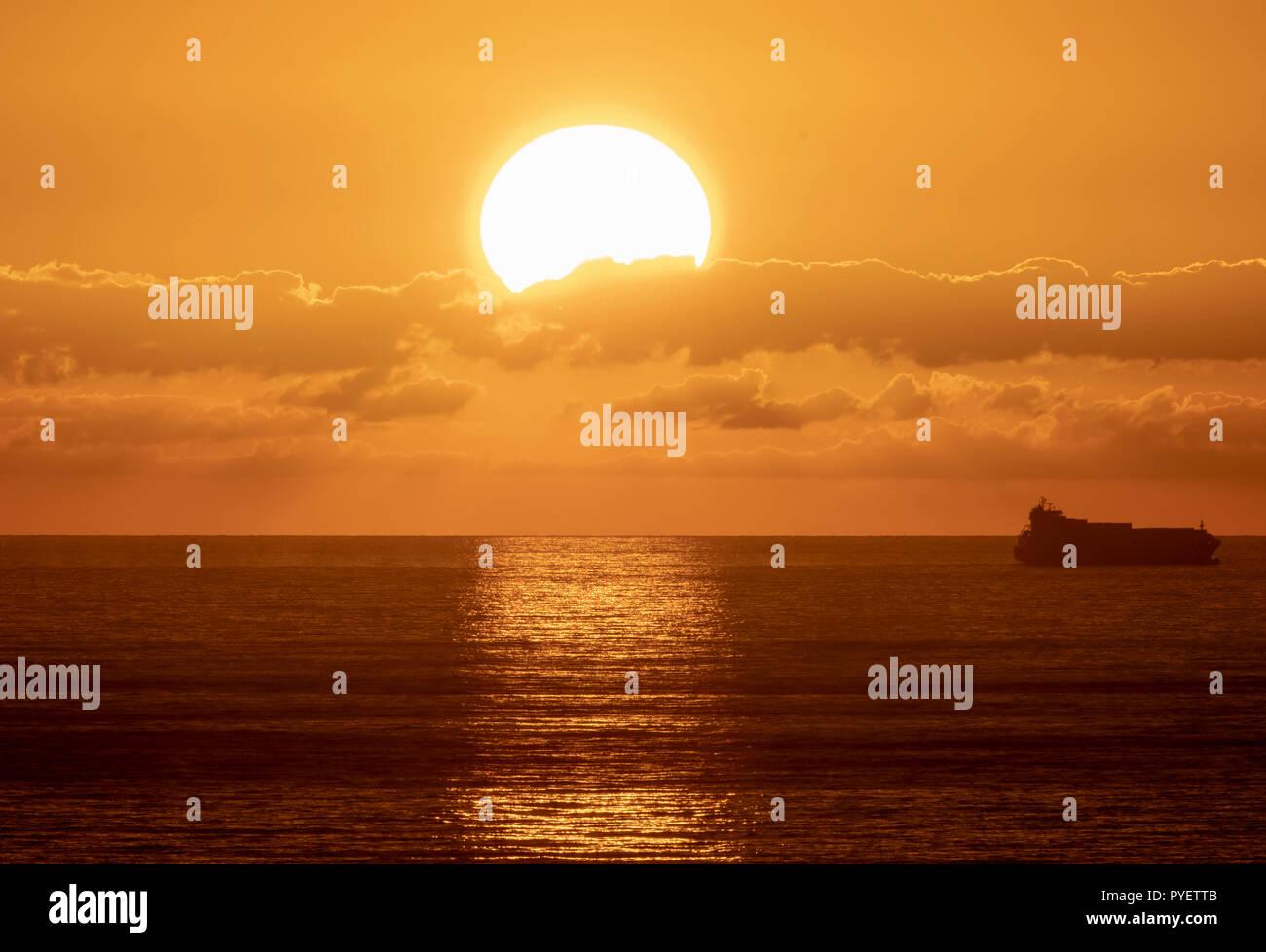 Las puestas de sol sobre el mar Mediterráneo en Paphos, Chipre. Foto de stock