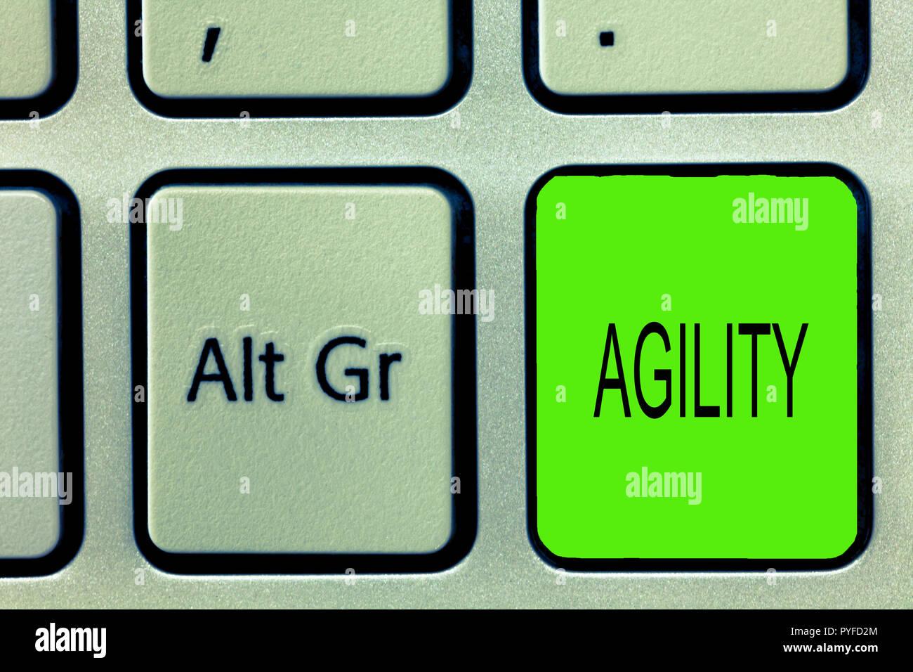 Escribir nota mostrando la agilidad. Foto de negocios mostrando capacidad para mover creo comprender rápidamente y fácilmente rápido desarrollo. Imagen De Stock
