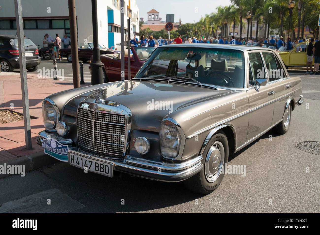 Mercedes 280 SE. Reunión de coches clásicos en Torremolinos, Málaga, España. Foto de stock