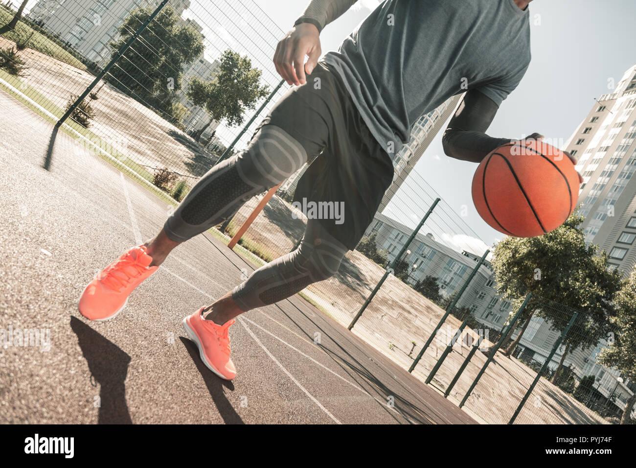 Bien construido buen hombre jugando baloncesto solos Foto de stock