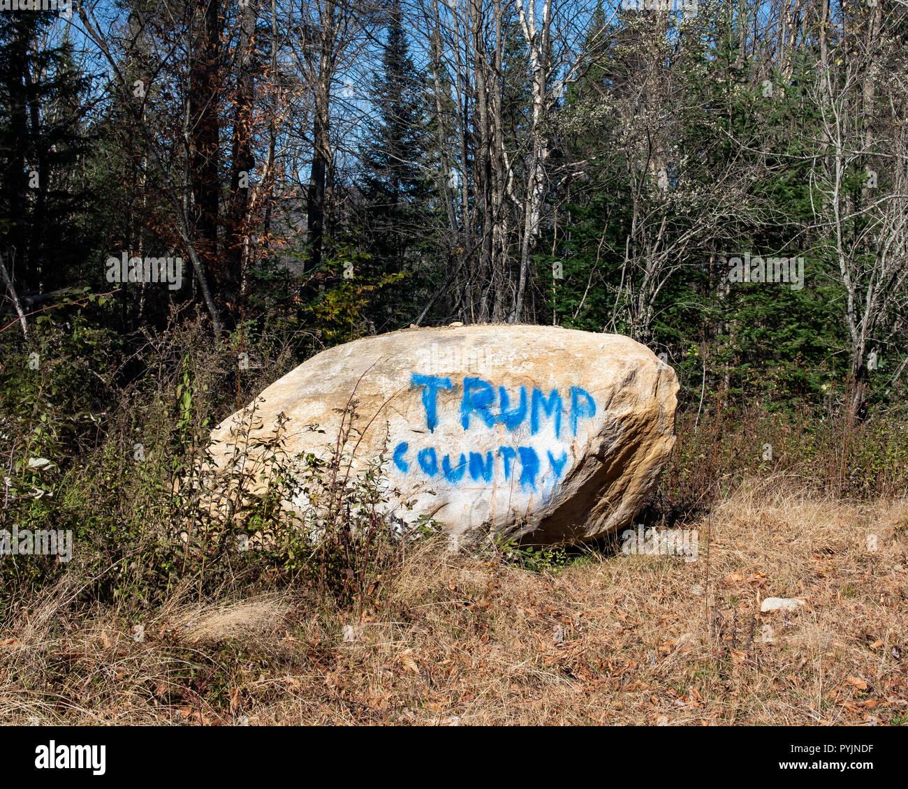 'País' Trump graffiti pintado en una roca en el desierto por un vandalismo de Adirondack. Imagen De Stock