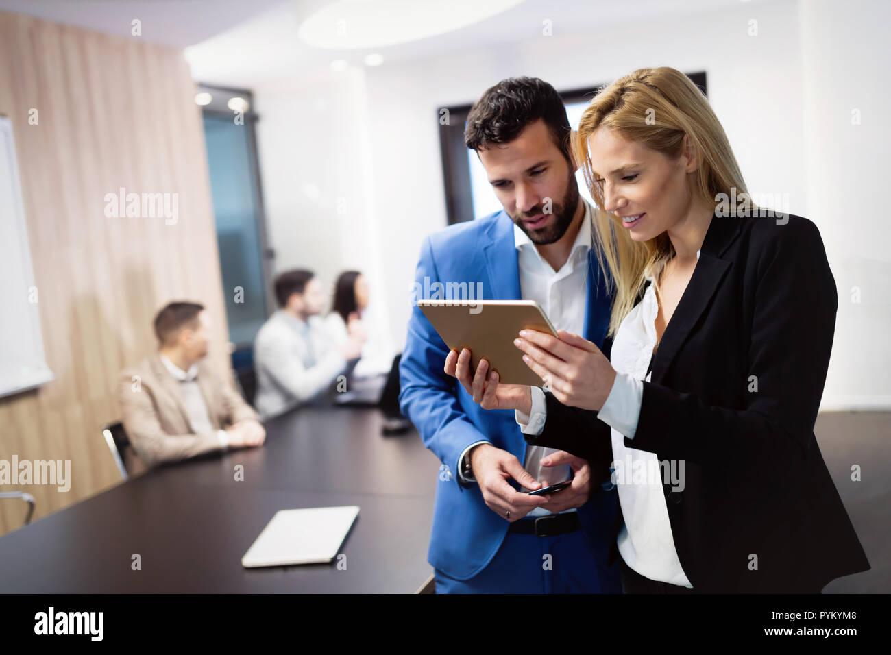 Negocio atractivo pareja utilizando tablet en su empresa Imagen De Stock