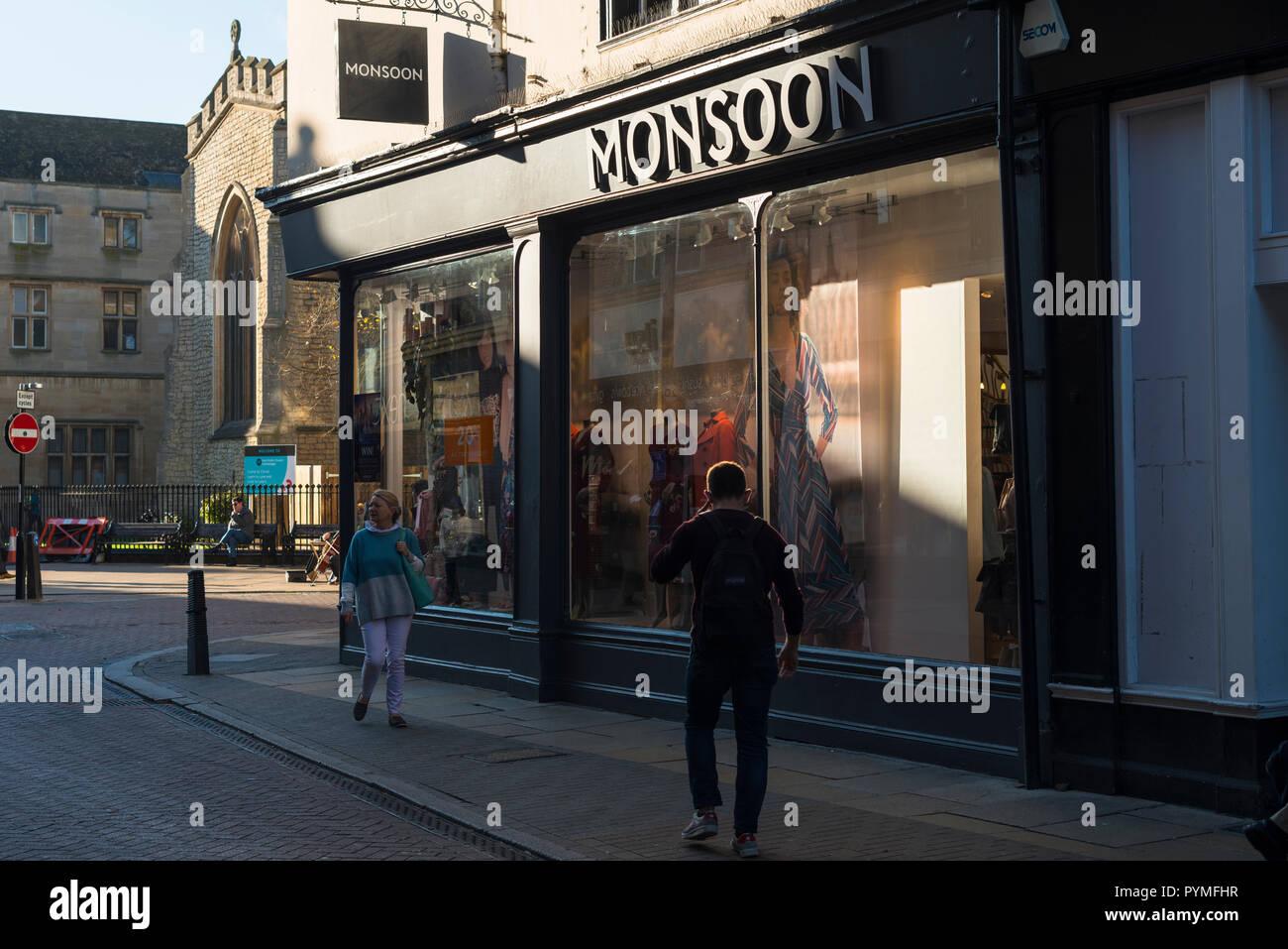 Las mujeres y los niños de monzón tienda de ropa en Cambridge. Inglaterra. UK Imagen De Stock