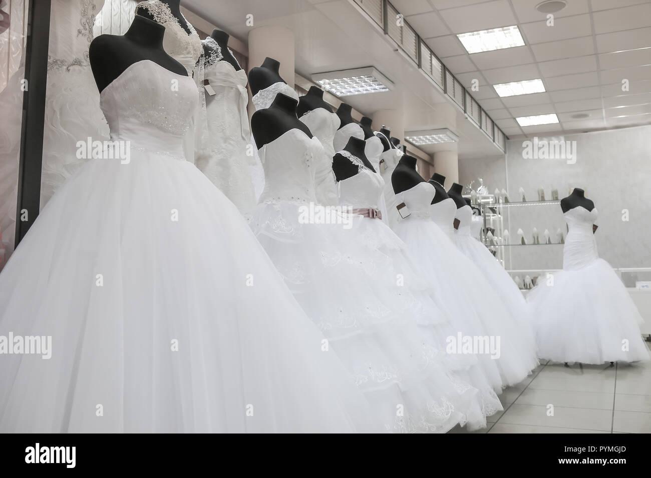 Blanco Vestidos De Novia En La Tienda Interior Foto Imagen