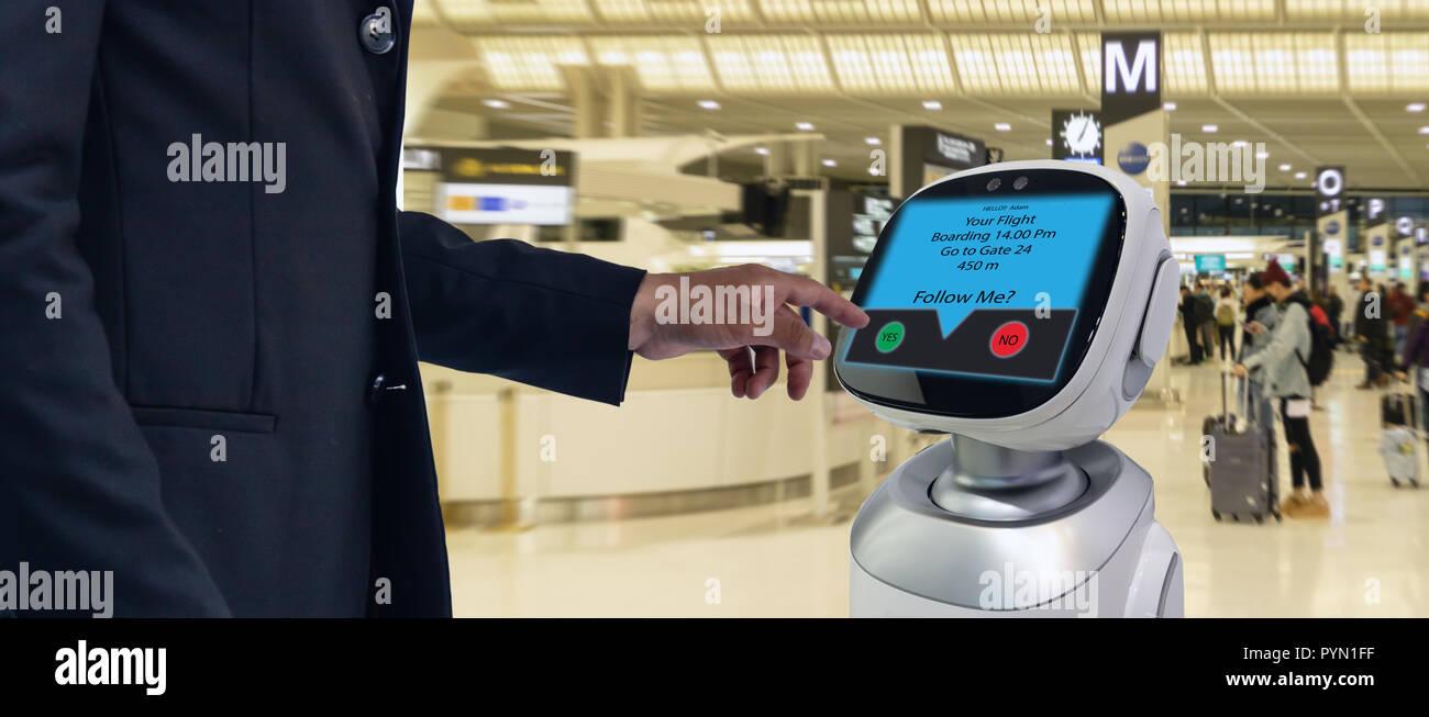 Concepto de tecnología asesor de robótica,uso de aeropuertos robotic Advisor para ayudar a pasajeros y dar información sobre el vuelo ,boarding pass, tiempo y di Foto de stock