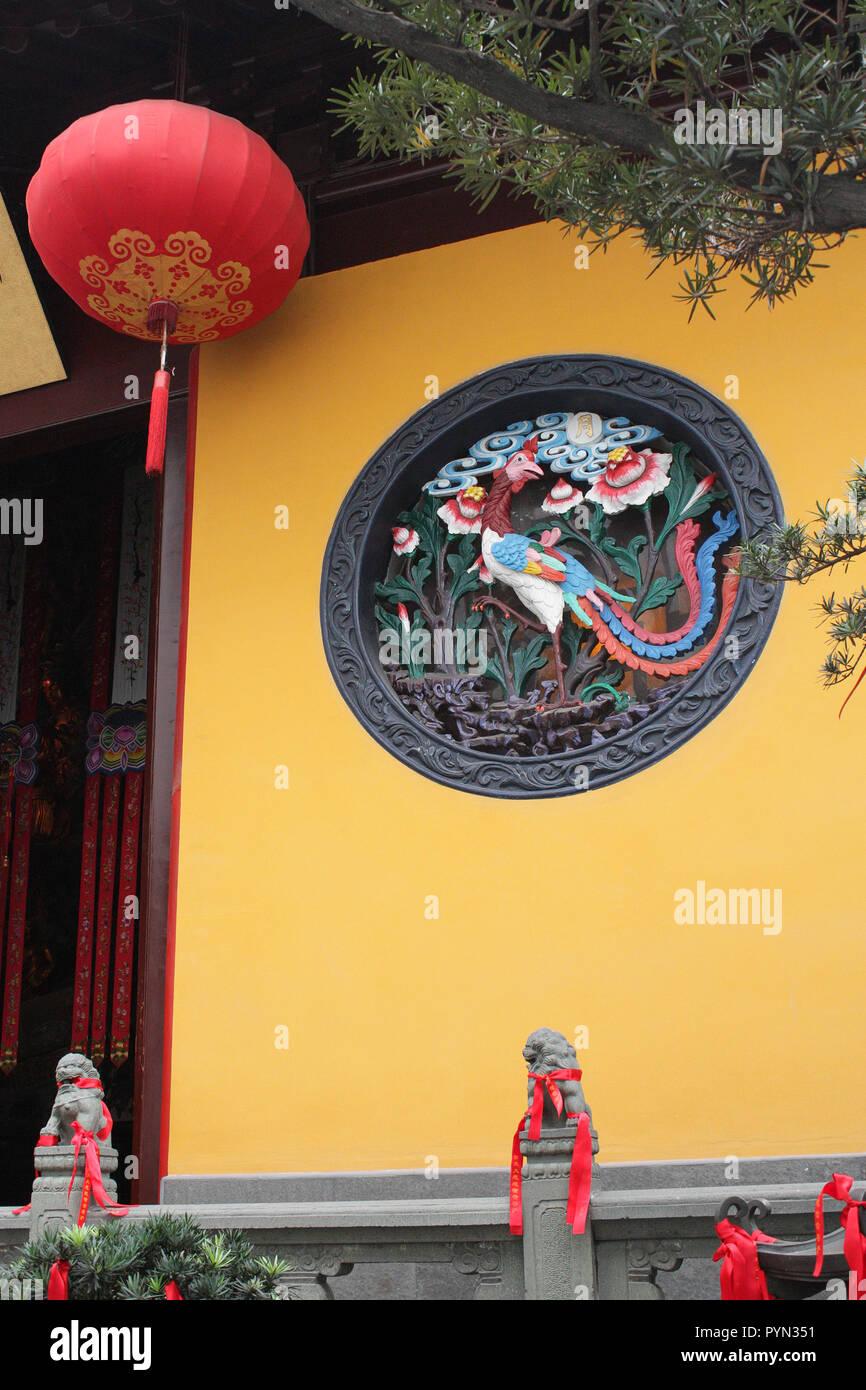 Circular montado en la pared exterior del templo de jade tallado, Shanghai, China Foto de stock