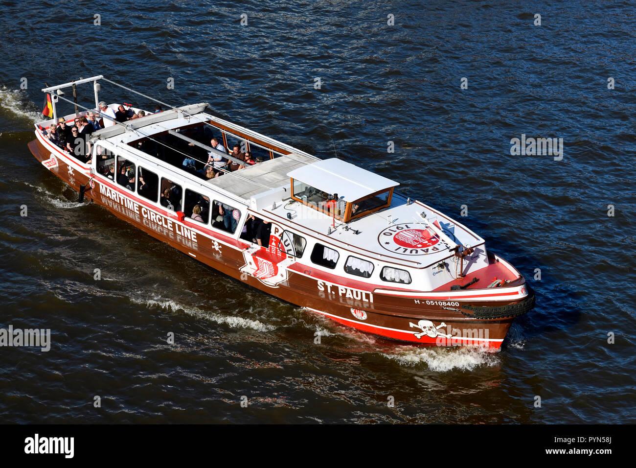 Longboat en los colores de la asociación de fútbol FC San Pauli en la Reiherstieg en Hamburgo, Alemania, Europa, Barkasse in den Farben des Fußballv Foto de stock