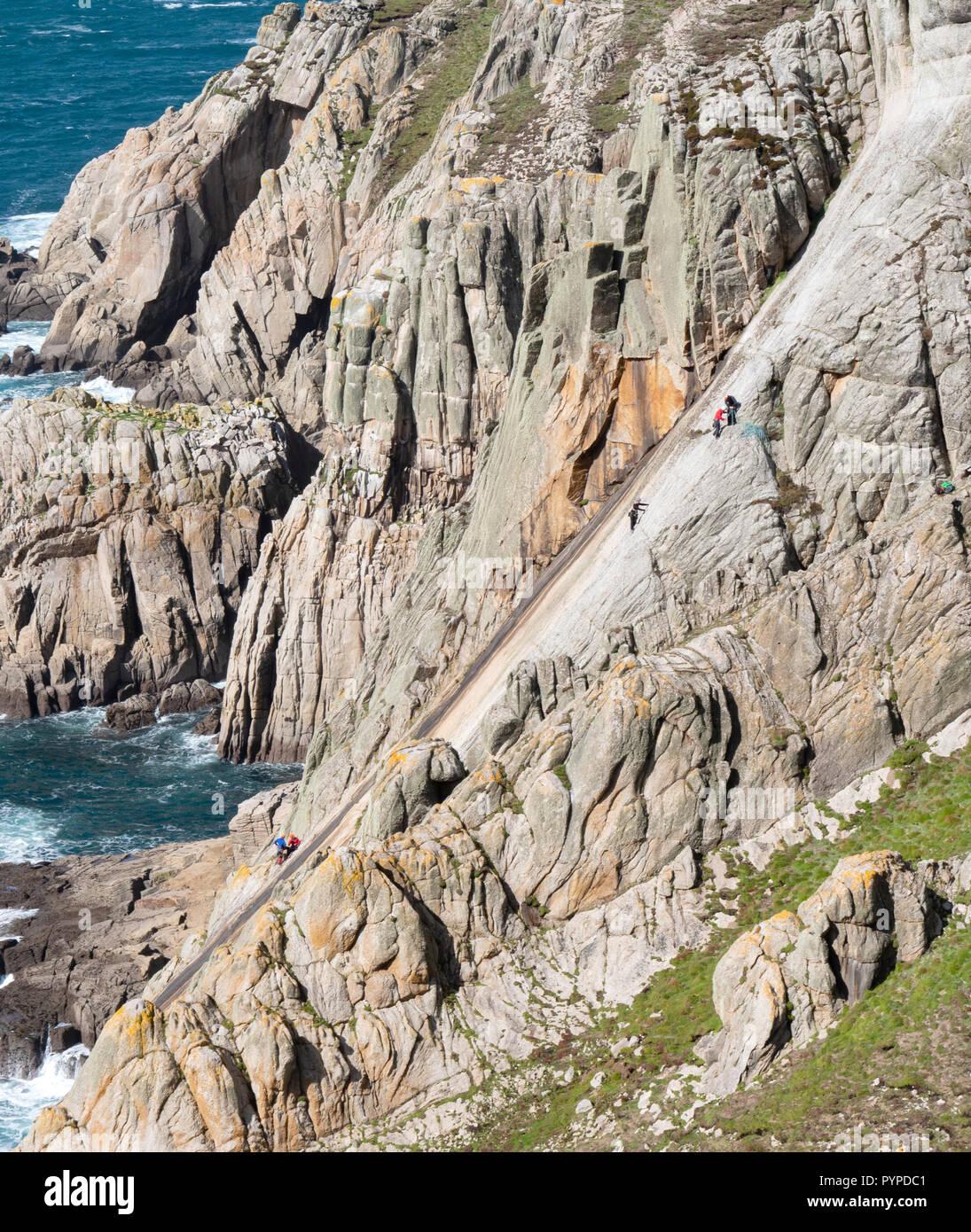 Los escaladores en la pura cara de The Devil's Slide más largo de la losa de granito subir en Europa - Lundy Isla de Devon, Reino Unido Imagen De Stock
